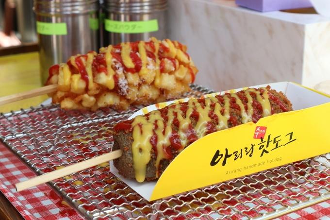 一般的なホットドッグやアメリカンドッグというのは、ソーセージを串を刺し、衣をつけて揚げたもの。 しかし、今韓国で人気のホットドッグ は一味も二味も違います。
