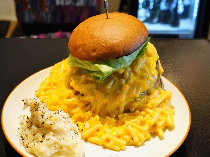 【南新宿】インパクト大!マカロニチーズが流れ出る!『icon』の「マッカンバーガー」