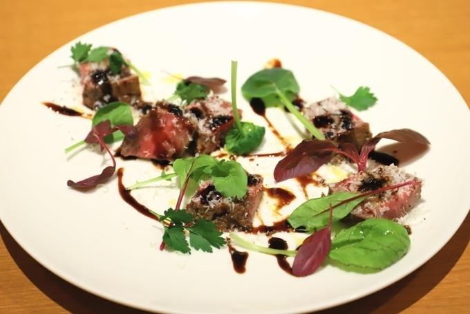 【五反田】カルビを卵に絡めてすき焼き風焼肉!脂の甘みと卵のコクが贅沢な味わい『まるは』