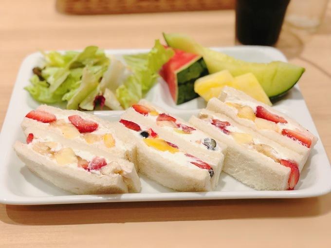 果物ぎっしりな「フルーツサンド」が食べられる『果実園リーベル』のモーニングがお得!