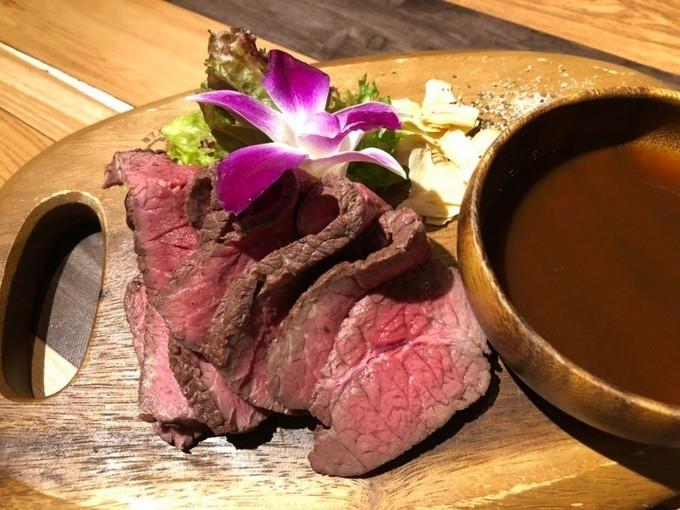 【心斎橋】コスパ最強!2,580円〜の食べ飲み放題コースで南国気分を満喫『ウミヤハワイアンカフェ』