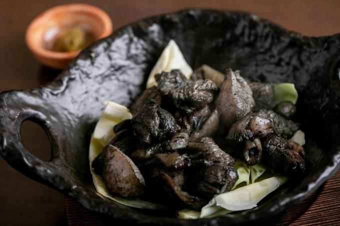 【四条】迫力満点!炎で仕上げる知覧どりの「黒焼き」は、炭の香りと肉の旨味・歯ごたえが格別『べっぴんや』