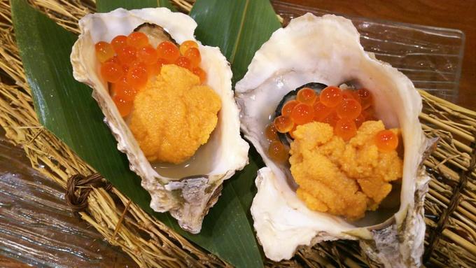 【浅草】プリップリの牡蠣にいくらとウニの贅沢コンビをのせて。濃厚牡蠣メニュー尽くしの『目から鱗』