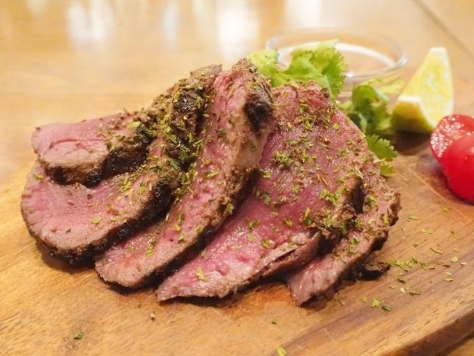 【御茶ノ水】肉汁が溢れ出す網焼きステーキ!多彩なラム肉料理を満喫するなら『羊肉酒場0,19』