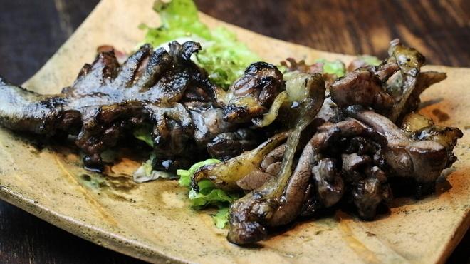 【四ツ橋】骨付き肉を豪快に!鶏もも肉の炭火焼き専門店『鳥まる』が10月1日オープン