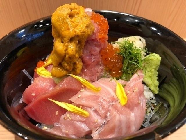 虎ノ門でご褒美ランチ!マグロにいくら、ウニも11種以上の海鮮がのった丼がスゴい『築地 刺天』
