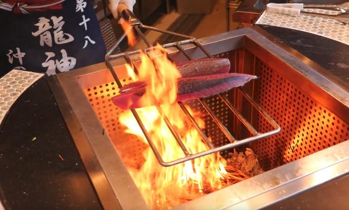 【御徒町】香ばしさと燃え上がる炎に注目!「わら焼き」をつまみに飲もう『龍神丸』