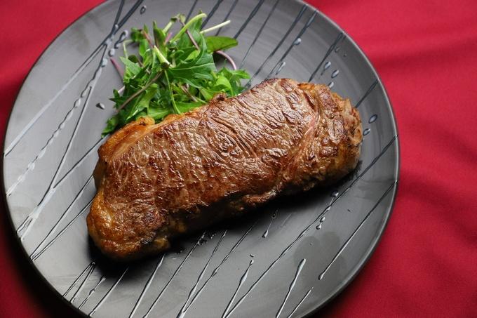 【銀座】こんな厚切り牛タンは見たこと無い?!自慢の肉料理がお腹いっぱい楽しめる『BISTRO g3』