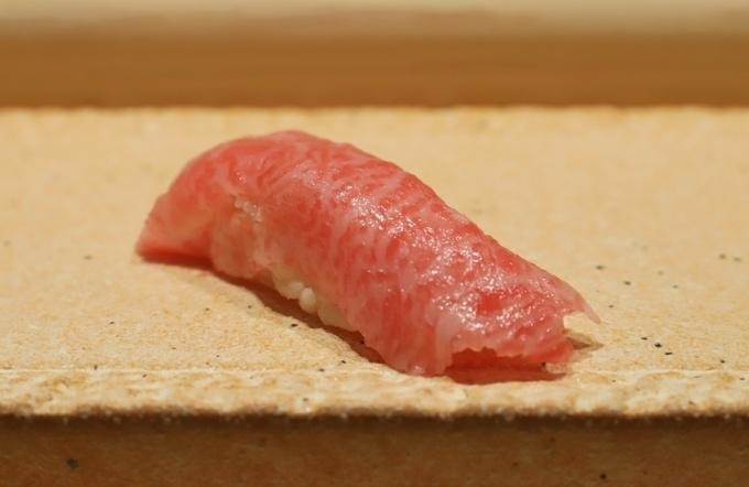 【銀座】重なり合ったウニの握りは桁違いのボリューム!濃厚でコク深い味わいを楽しむ『すし誠』