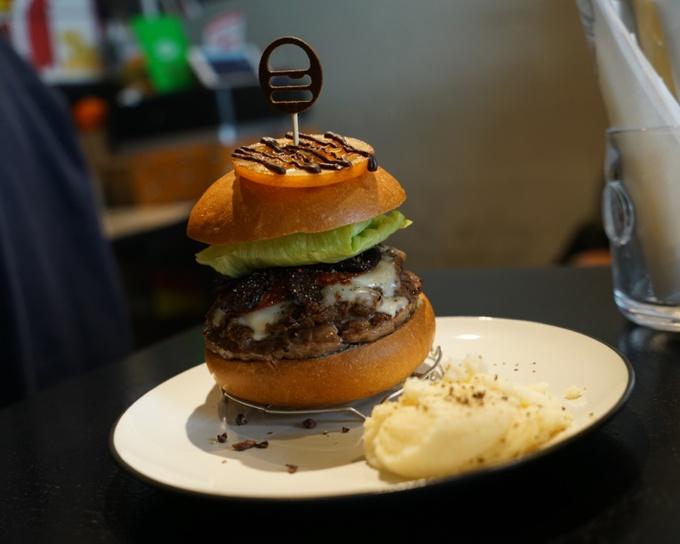チョコレートの可能性は無限か!?南新宿『icon』の限定チョコハンバーガーに感動!