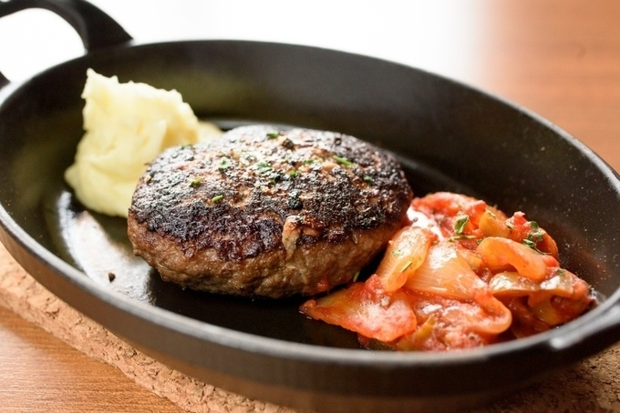 【恵比寿】希少肉を黄金比で味わうハンバーグは必食!手ごねならではの食感を『ユーゴ・デノワイエ』で