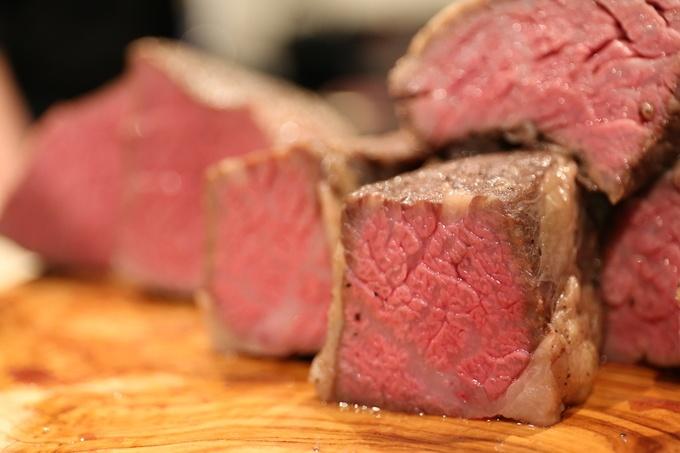 """今「あか牛」が熱い!噛めば噛むほど旨い""""自然のビーフ""""が『29ON西新宿本店』に登場!"""