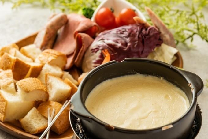 【大宮】あらゆる料理にラクレットをトッピング可能!肉とチーズ三昧の肉バル『LODGE』