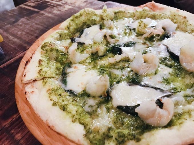 【横浜】外はサックリ中はもっちり!気候に合わせて水分量を調整する自家製ピザは必食!!『FUN』