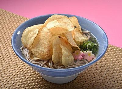 【衝撃】ポテチ+そばの異色のコラボ!阪急そば若菜で「関西だししょうゆポテトチップスそば・うどん」が発売
