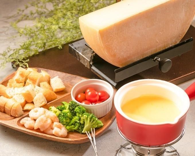 【大宮】フライドチキンにチーズを絡めるUFOフォンデュ!チーズ三昧を楽しむ肉バル『ロッジ』