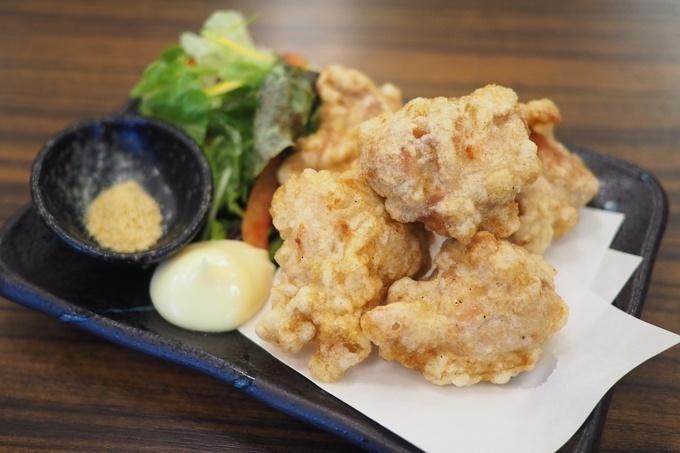 【亀有】16時までの予約なら無料で唐揚げが大盛りに!『鶏のチョモランマ』の宴会コースがお得